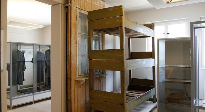 Thematic room on living conditions, focusing on prisoner housing / Three-tier bunk bed in thematic room on living conditions